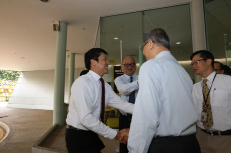 Acting Education Minister, Mr Ng Chee Meng being warmly received by Science Centre's CE, A/Prof Lim.