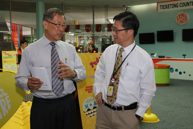Chief Judge, Prof Lim Yeow Khee (left) chatting with Science Centre's CE, A/Prof Lim Tit Meng
